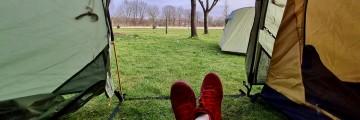mit Campingunterkunft